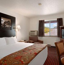 Super 8 by Wyndham La Crosse