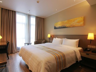 Home Inn Plus (Shanghai Wuning Road Metro Station Anyuan Road)