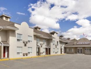 Colonial Square Inn & Suites