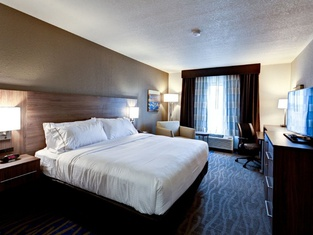 Holiday Inn Express & Suites Great Bend