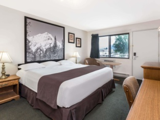 Super 8 by Wyndham Kelowna BC