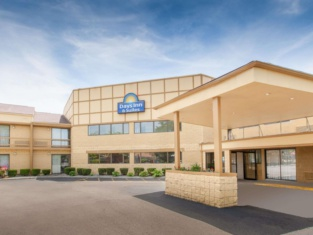 Days Inn & Suites by Wyndham Madison Heights MI