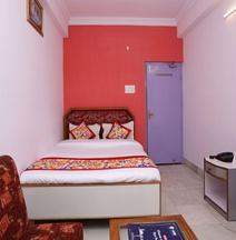 OYO 11732 Maharaja Inn