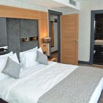 Royal Axis Suites Hotel