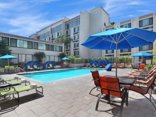 Holiday Inn & Suites ANAHEIM (1 BLK/DISNEYLAND®)