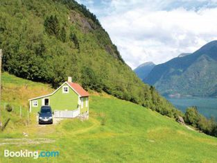 Two-Bedroom Holiday home with a Fireplace in Fjærland