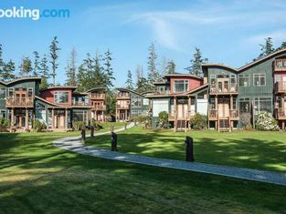 Luxury Waterfront 3br on Two Floors by OnlyBC