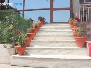 Elegantly Furnished Private Room In Bhagsu
