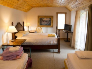 SnowMansion Taos Adventure Lodge & Hostel