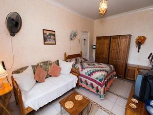 Chambre Supérieure + 1 Jaune / Palm Paradise Guest House