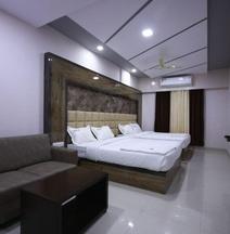 OYO 15352 Sahara Suites