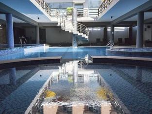 โรงแรมลอง บีช ค็อกซ์ บาซาร์