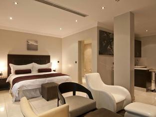 L'Eola Suites