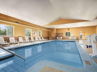 Days Inn & Suites by Wyndham Cedar Rapids