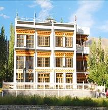 Hotel Khasdan