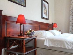 La Mezon Hotel