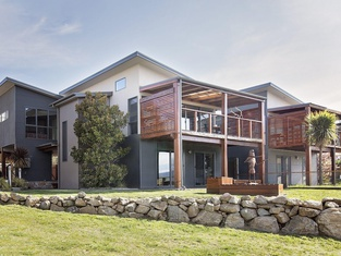 Ned Kelly's Retreat - Sophisticated Style With Modern Convenience and Magical Outlook