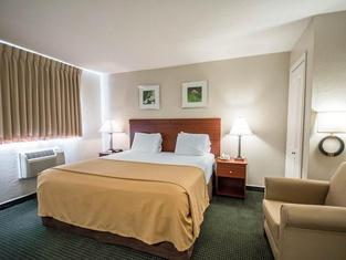 Days Inn & Suites by Wyndham Green Bay WI