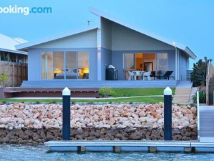 The Carnarvon Luxury Canal Home
