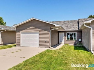 Elwood Townhome With Patio, 7 Mi to Johnson Lake