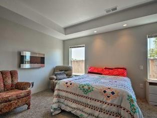 Cozy Home w/Yard - 3 Mi. to Downtown Medford!