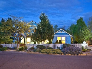 Blue Moon House & Cottage ~ Just 5 Blocks From OSF