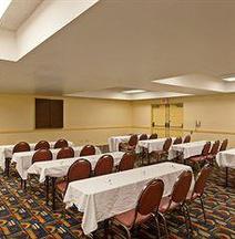 La Quinta Inn & Suites by Wyndham Orange County Airport