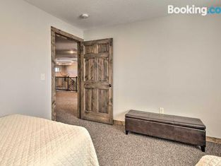 Kansas Hunting Lodge Ideal for Large Groups!