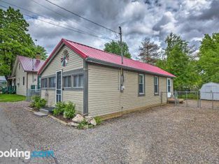 1940s Cottage - Walk to Main St and Indian Lake
