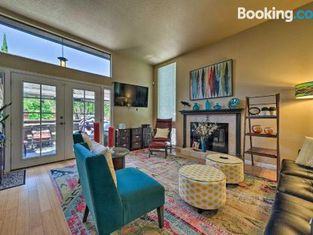 Deluxe Townhome With Deck, 2 Mi to Dtwn Modesto