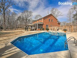 New Bern Luxury Retreat With Private Pool and Gym